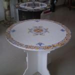 Mesa Redonda de Mosaico e Madeira Branca